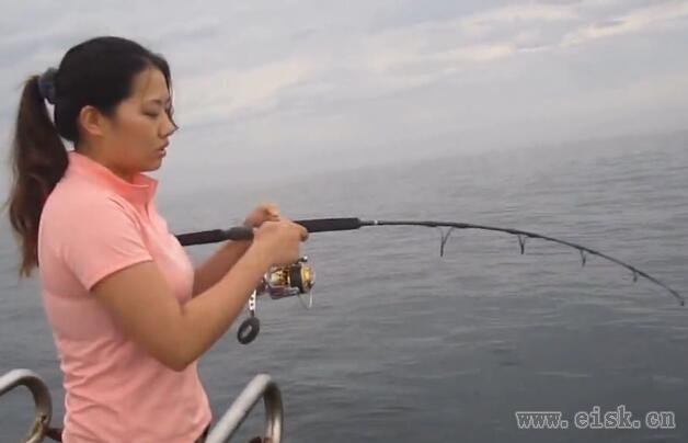 美女海上路亚钓到14公斤铁板红甘