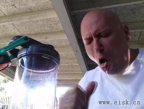 作死男用蒸汽烟管吸世界最辣的死神辣椒