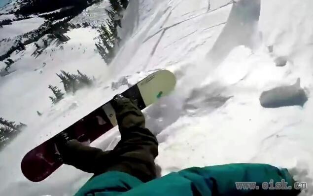 牛人高山滑雪突遇雪崩 死神来了命悬一线