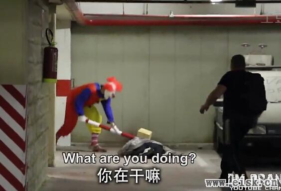 """实拍神秘杀手小丑""""报复""""社会"""