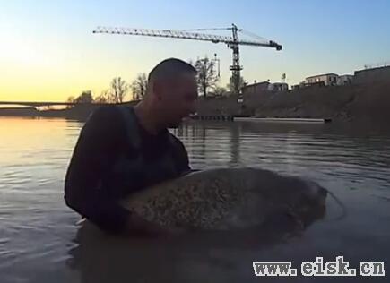 战斗民族河边钓鱼 没想到钓起3米长大鱼