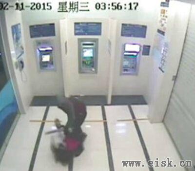 女子凌晨取款遭抢劫 16秒空手夺刀吓跑劫匪